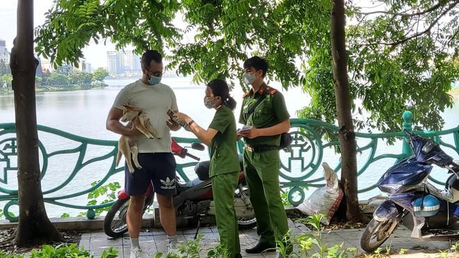 Công an Hà Nội tuyên truyền phòng, chống ma túy và cấp phát tờ rơi song ngữ ảnh 1