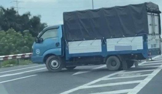 Phạt tài xế xe tải quay đầu trên cầu Thăng Long ảnh 1