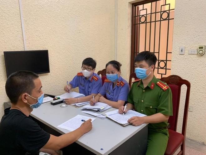Cảnh sát hình sự khống chế, bắt 'nóng' đối tượng cướp giật dây chuyền giữa phố Hà Nội ảnh 1