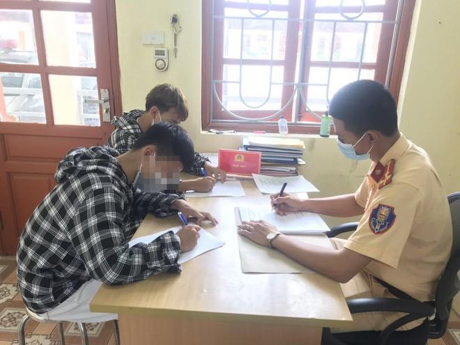 """Công an huyện Phúc Thọ xử phạt 2 nam thanh niên """"bốc đầu"""" xe máy ảnh 2"""