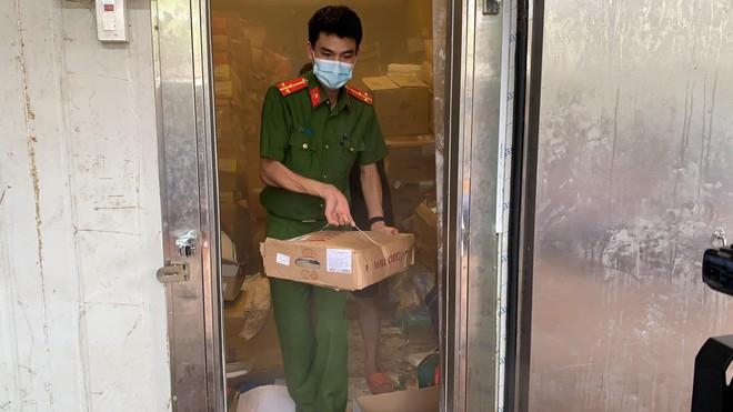 [Video] Gần 3.000 kg thực phẩm đông lạnh không rõ nguồn gốc bị phát hiện như thế nào? ảnh 1