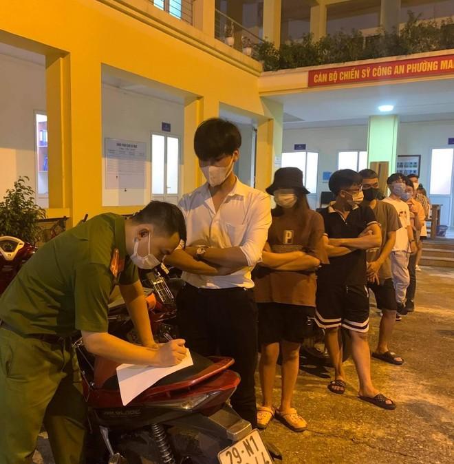 Hà Nội: Phạt 42 triệu đồng các trường hợp tụ tập trên cầu vượt ảnh 2