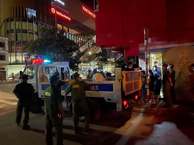 Hà Nội: Phát hiện 27 nam nữ tụ tập trong quán karaoke không phép ảnh 2