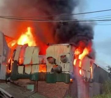 Điều tra nguyên nhân vụ cháy nhà xưởng sản xuất ở huyện Thạch Thất ảnh 1
