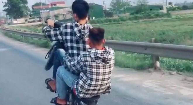 Công an huyện Chương Mỹ phạt nam thanh niên 'bốc đầu' xe máy 4,75 triệu đồng ảnh 1