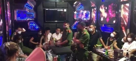 Đột kích kiểm tra quán karaoke phát hiện 27 nam nữ đang 'bay lắc' ảnh 1