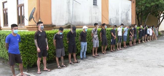 Đột kích kiểm tra quán karaoke phát hiện 27 nam nữ đang 'bay lắc' ảnh 2