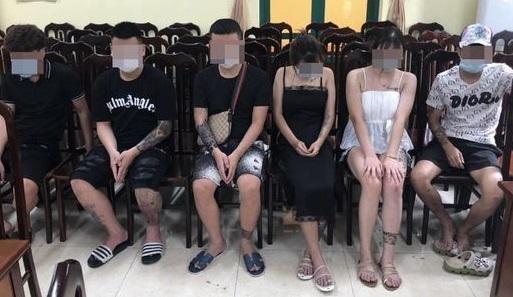 Bất chấp lệnh cấm, 15 'nam thanh, nữ tú' vẫn tụ tập 'vui vẻ' trong quán karaoke ảnh 1