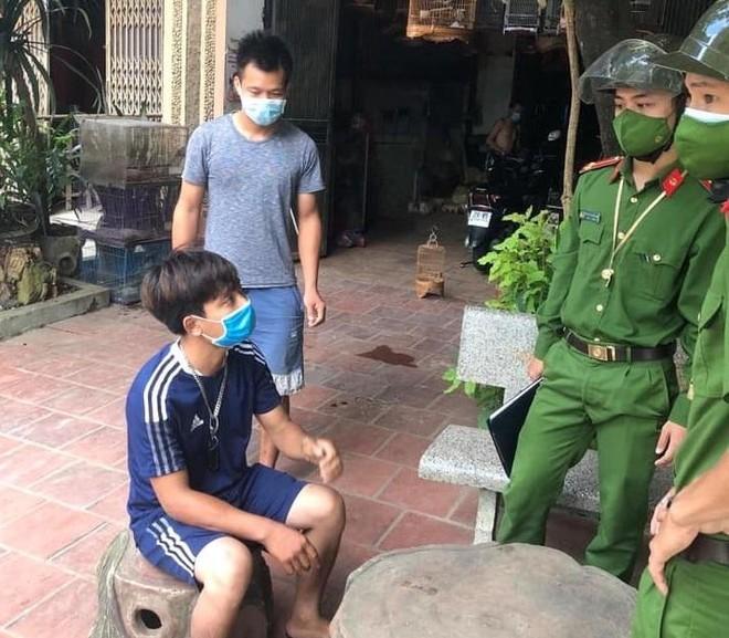 Hai thanh niên bị xử phạt vì... đi mua chim ảnh 5