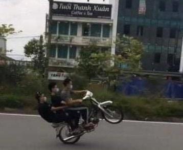 Kẹp ba 'bốc đầu' xe máy trong ngày thực hiện giãn cách xã hội ảnh 2