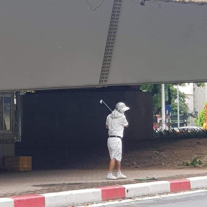 Người đàn ông chơi golf ở chân cầu vượt bị phạt 1 triệu đồng ảnh 1