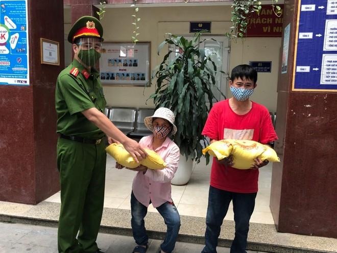 3 người tàn tật bán tăm bông xúc động đón nhận món quà của lực lượng Công an ảnh 1