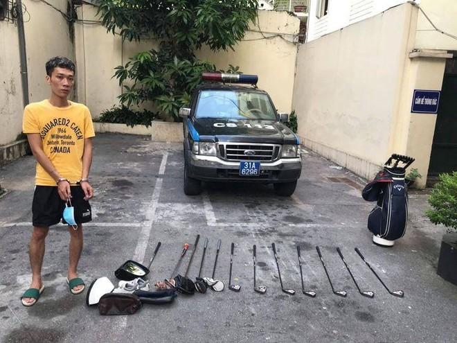 Dùng gạch đập vỡ cửa kính xe ô tô để trộm cắp tài sản ảnh 1