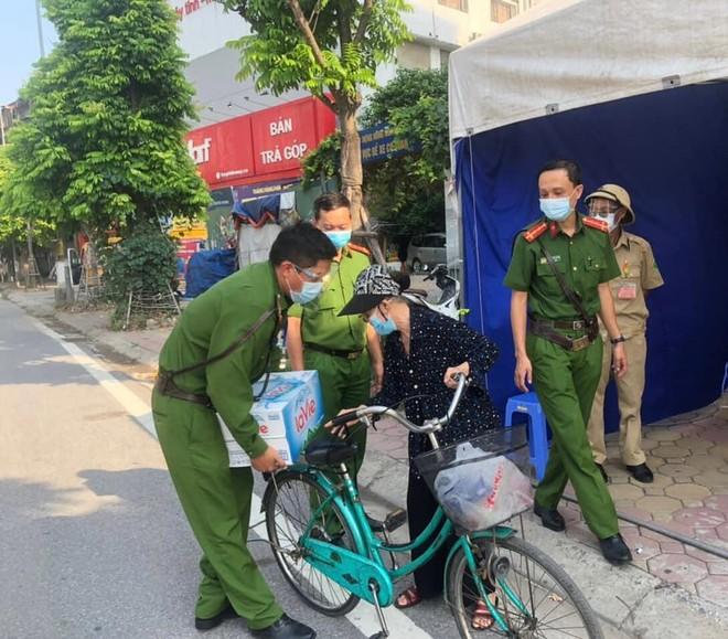 Hà Nội: Xúc động hình ảnh cụ bà đạp xe chở nước tiếp sức cho chốt phòng chống dịch Covid-19 ảnh 1