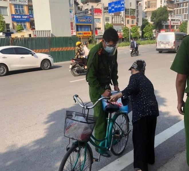 Hà Nội: Xúc động hình ảnh cụ bà đạp xe chở nước tiếp sức cho chốt phòng chống dịch Covid-19 ảnh 2
