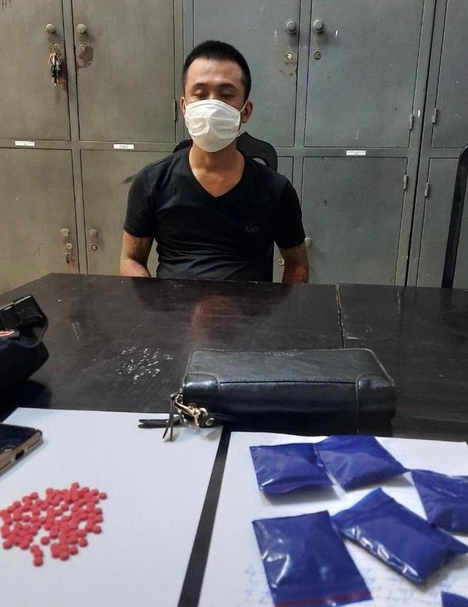 """Kiểm tra gã trai ngồi trong """"xế hộp"""", phát hiện gần 1.400 viên ma túy ảnh 1"""