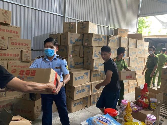 """Hà Nội: Thu giữ hơn 1.000 hộp bánh kẹo """"3 không"""" ảnh 2"""