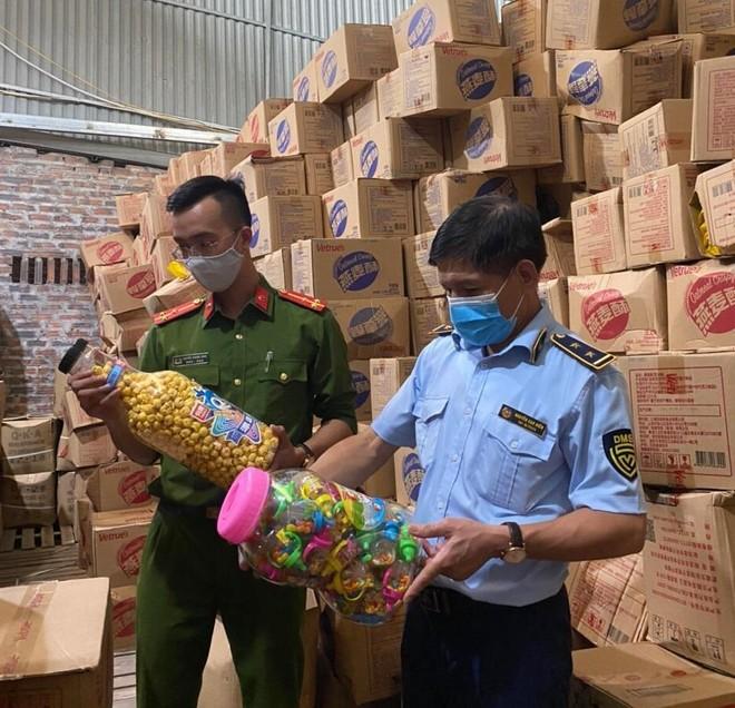 """Hà Nội: Thu giữ hơn 1.000 hộp bánh kẹo """"3 không"""" ảnh 1"""