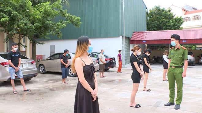 Bất chấp lệnh cấm, nhiều nam nữ vẫn tụ tập thư giãn trong quán hát ảnh 1