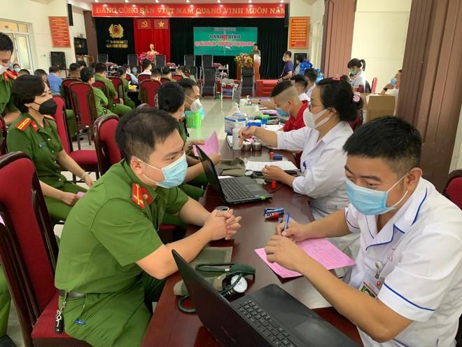 Cán bộ chiến sỹ Công an quận Nam Từ Liêm tích cực hiến máu cứu người ảnh 2