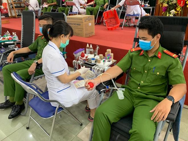 Cán bộ chiến sỹ Công an quận Nam Từ Liêm tích cực hiến máu cứu người ảnh 6