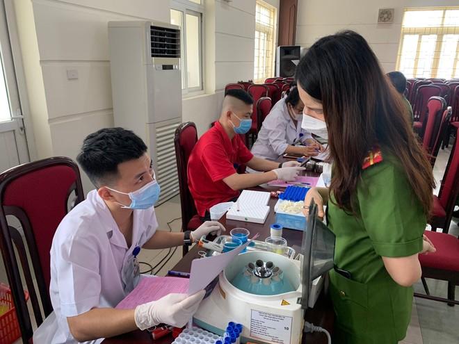Cán bộ chiến sỹ Công an quận Nam Từ Liêm tích cực hiến máu cứu người ảnh 9