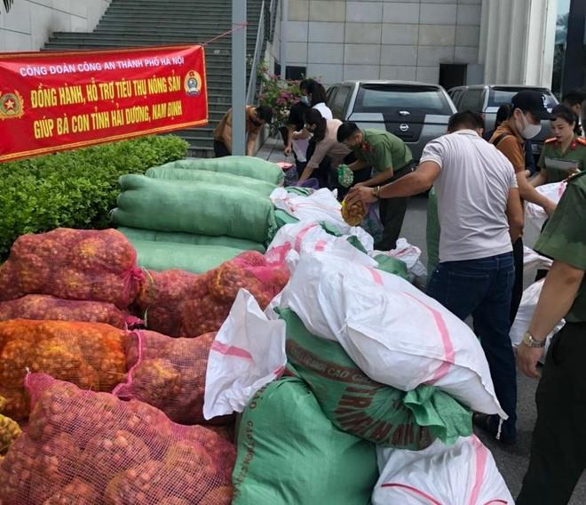 Lực lượng Công an hỗ trợ tiêu thụ nông sản cho nhân dân 2 tỉnh Hải Dương - Nam Định ảnh 2