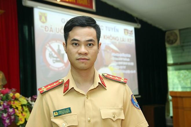 Đại úy Đào Việt Long, Phó Trưởng phòng CSGT CATP Hà Nội trong buổi giao lưu trực tuyến với bạn đọc Báo An ninh Thủ đô chiều 13-5-2019