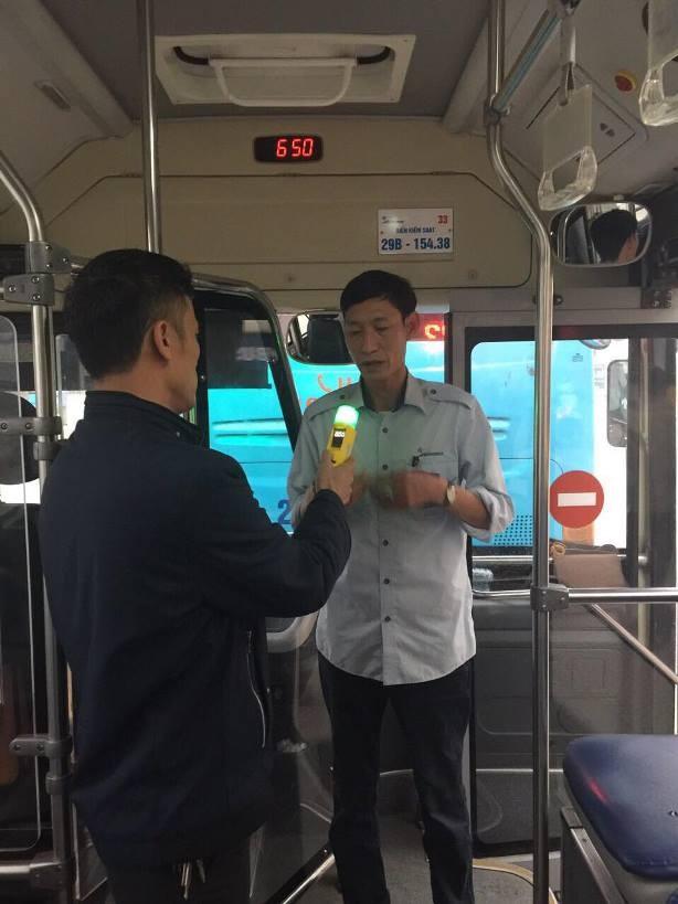 Kiểm tra nồng độ cồn đột xuất đối với lái xe buýt