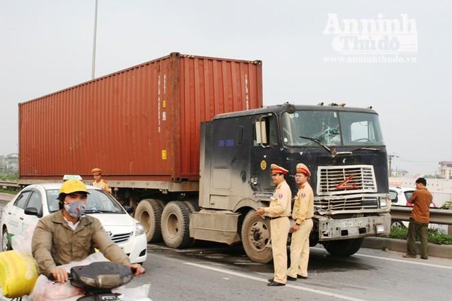 HN: Xe container đâm xe tải, khiến Trung úy CSGT gẫy chân ảnh 1