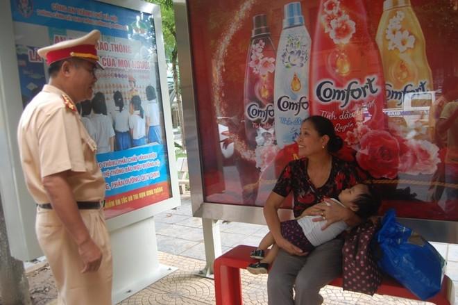 Hà Nội: Tuyên truyền Luật Giao thông bằng hình ảnh tại 82 điểm nhà chờ xe buýt ảnh 2