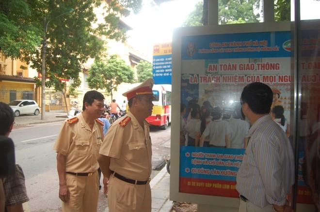 Hà Nội: Tuyên truyền Luật Giao thông bằng hình ảnh tại 82 điểm nhà chờ xe buýt ảnh 1