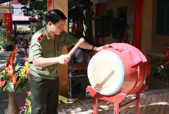 Giám đốc CATP Hà Nội đánh trống khai giảng năm học mới tại Trung tâm Giáo dục thường xuyên Đông Anh ảnh 2