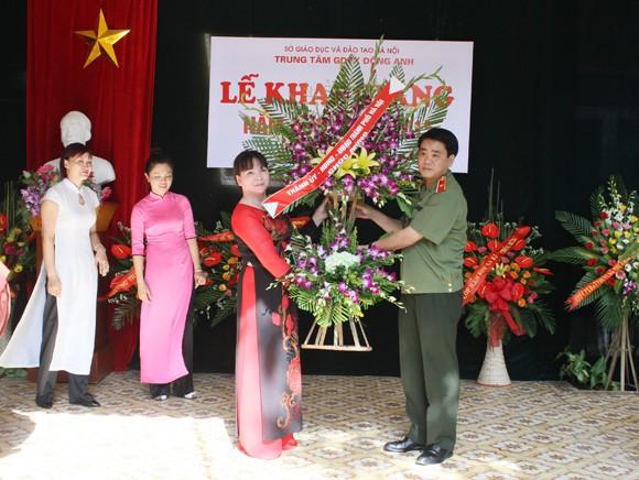 Giám đốc CATP Hà Nội đánh trống khai giảng năm học mới tại Trung tâm Giáo dục thường xuyên Đông Anh