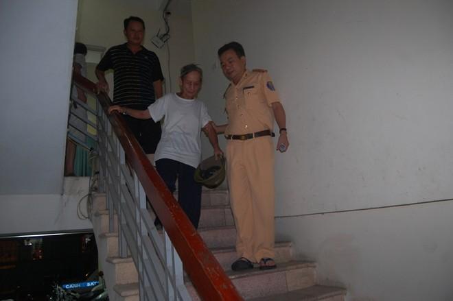 CSGT giúp đỡ cụ ông 84 tuổi lạc giữa phố đêm về nhà ảnh 2
