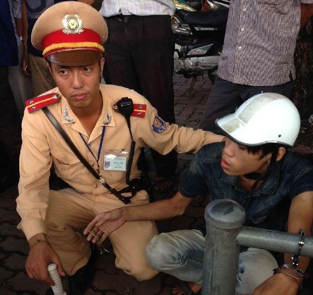 CSGT bắt nóng tên cướp giật dây chuyền vàng ảnh 1