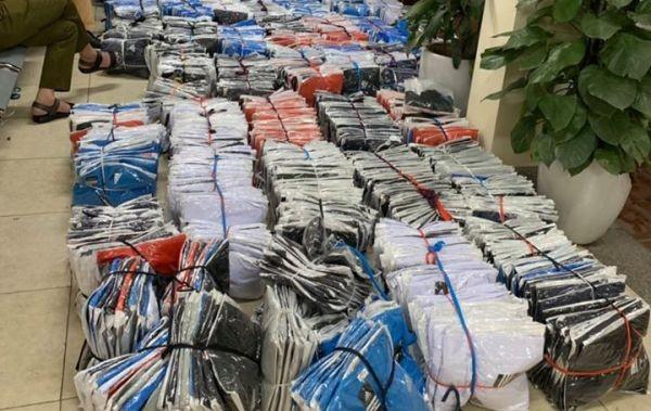 """Hàng trăm chiếc áo """"hàng hiệu"""" không rõ nguồn gốc chở trong xe tải ảnh 2"""