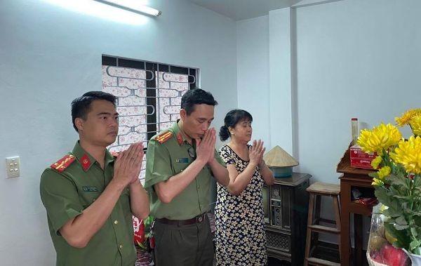 Công an quận Hoàn Kiếm thăm hỏi, tri ân, tặng quà nhân 75 năm Ngày truyền thống lực lượng CAND ảnh 6