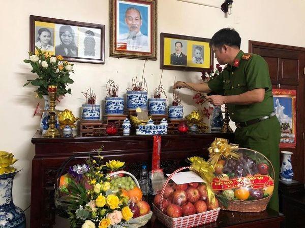 Công an quận Hoàn Kiếm thăm hỏi, tri ân, tặng quà nhân 75 năm Ngày truyền thống lực lượng CAND ảnh 2