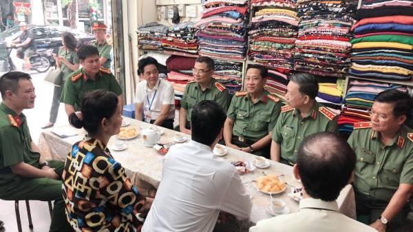 Công an quận Hoàn Kiếm thăm hỏi, tri ân, tặng quà nhân 75 năm Ngày truyền thống lực lượng CAND ảnh 1