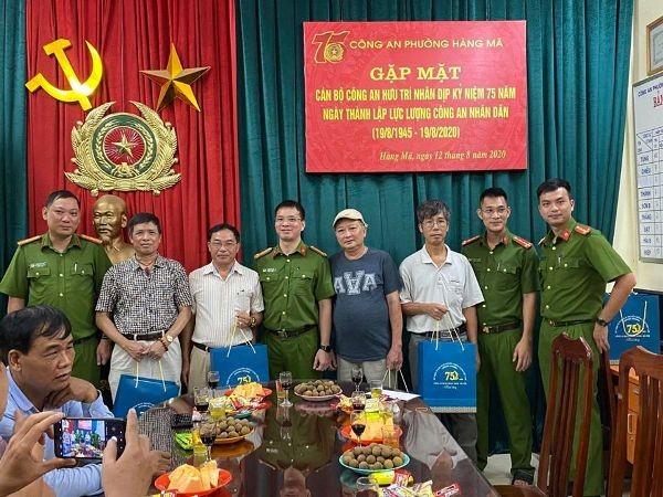 Công an quận Hoàn Kiếm thăm hỏi, tri ân, tặng quà nhân 75 năm Ngày truyền thống lực lượng CAND ảnh 7