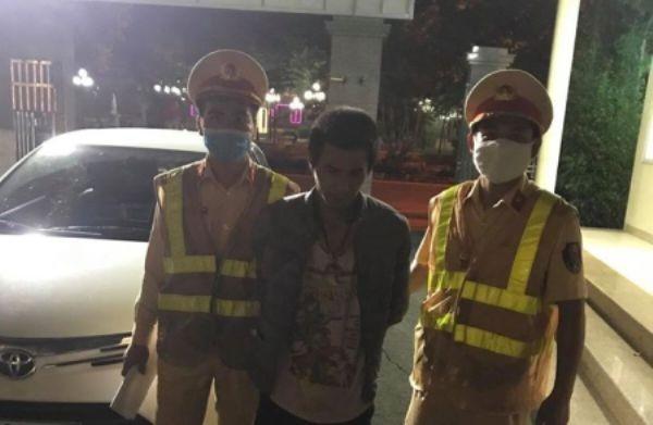 """Cảnh sát giao thông truy đuổi bắt """"nóng"""" đối tượng trộm cắp xe ô tô trên Quốc lộ 32 ảnh 1"""