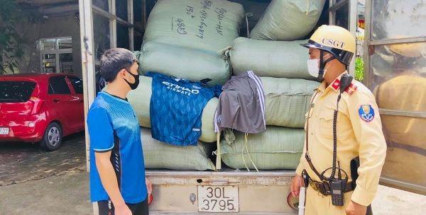 Hàng nghìn bộ quần áo hàng hiệu không rõ nguồn gốc trên xe tải ảnh 1