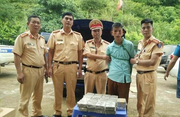 Cảnh sát giao thông khống chế bắt giữ đối tượng vận chuyển 53 bánh ma túy ảnh 1