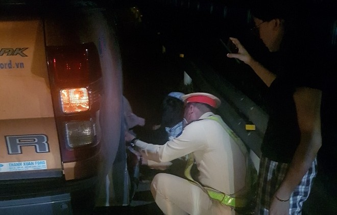Hỏng lốp trên cao tốc, lái xe khách được Cảnh sát giao thông hỗ trợ ảnh 1
