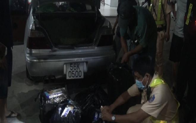 Cảnh sát giao thông phát hiện hàng lậu, xe khách nhồi nhét khách trên cao tốc ảnh 1