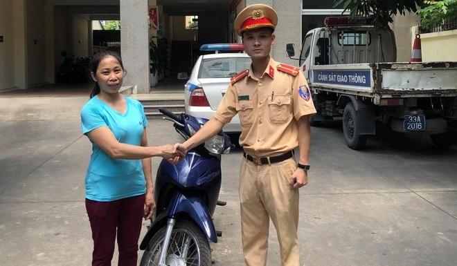 Sau 1 năm bị mất xe, vui mừng được Cảnh sát giao thông mời lên nhận lại ảnh 1