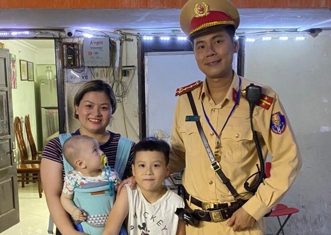 Bé trai lạc mẹ, được Cảnh sát giao thông đưa về tận nhà ảnh 1