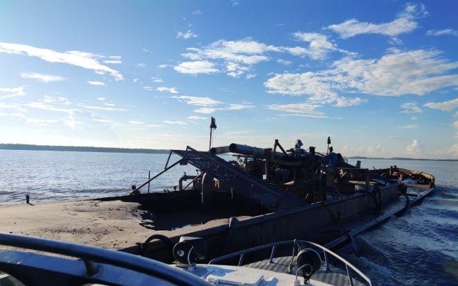 Quây bắt giữ 6 tàu chở cát trái phép trên sông Uông ảnh 1