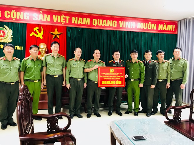 Công an Hà Nội trao tặng 600 triệu đồng ủng hộ nhân dân, Công an tỉnh Hà Tĩnh khắc phục thiệt hại mưa lũ ảnh 1